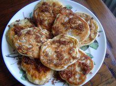Recept voor drie in de pan met rozijnen. Je kan in plaats van de rozijntjes ook stukjes ananas nemen. Zeef bakpoeder en meel en mix het met het ei en de melk goed romig. Voeg een snufje zout toe en mix dit erdoor.
