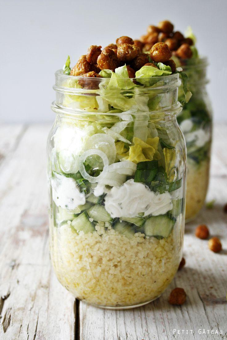 marokkanisch angehauchter Couscous-Salat im Glas, getoppt mit gerösteten Kichererbsen // shaking salad - couscous salad maroccan style with roasted chickpeas
