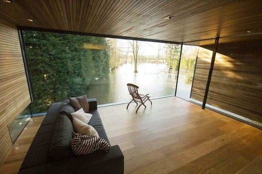 Completed in 2008 in Reading, United Kingdom. Images by Richard Powers . The clients had moved into a rather ordinary brick and tile 1970's house on the banks of the river Loddon in early 2005 and wished to rebuild using a...