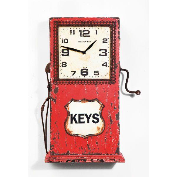 Ρολόι τοίχου Petrol Station Ρολόι τοίχου κατασκευασμένο από MDF, σε κόκκινο χρώμα με τεχνητή παλαίωση, σε σχήμα όμοιο με αυτό που είχαν παλαιότερα οι αντλίες βενζίνης! Το ρολόι αυτό, πέρα από μοναδικό vintage κομμάτι αποτελεί έναν έξυπνο τρόπο αποθήκευσης, μιας και λειτουργεί και ως ντουλαπάκι - κλειδοθήκη. Λειτουργεί με μια απλή μπαταρία 1xAA