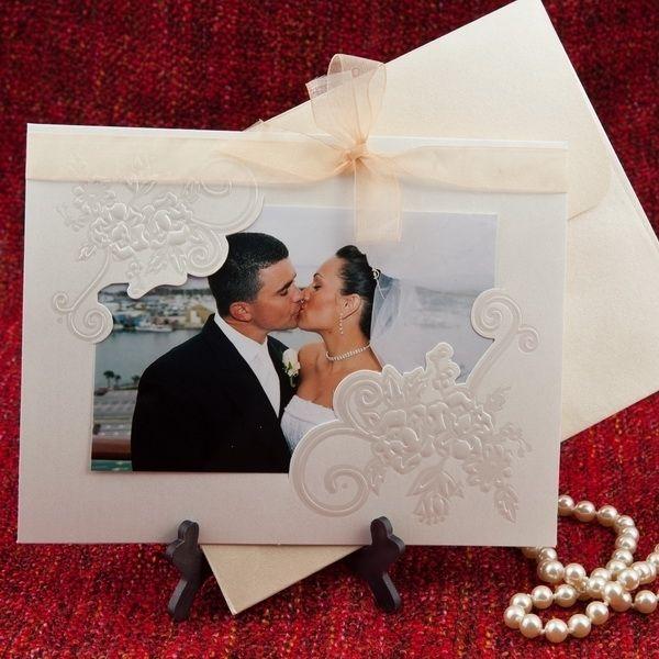 Invitatie de nunta romantica, de culoare alba, cu model floral si poza mirilor.