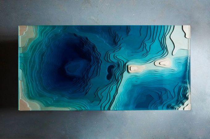 La table <em>Abyss</em> a été imaginée par Duffy, studio de design basé à Londres. Employant un simple système de découpe et de superposition, la table basse est une représentation tridimensionnelle d'une carte géologique.