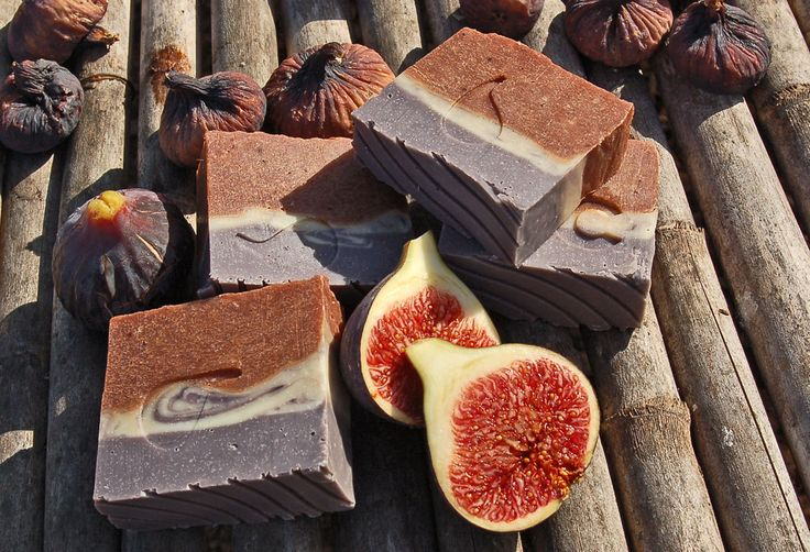 Cold process soap with Fig: • Olive Oil ( 50 % and 50 % of Helichrysum oleolito and Basil ) • Coconut oil • Lard • Corn Oil flavored with Ginger and Lemongrass • Sesame Oil • Beeswax • Sodium citrate • reduced Distilled water • Sodium Hydroxide superfat 9% • Chopped figs pureed • cosmetic minerals Micas, Scented with a blend of essential oils Ginger, Krauterohl, Lemon, Litsea Cubeba, Patchouli.