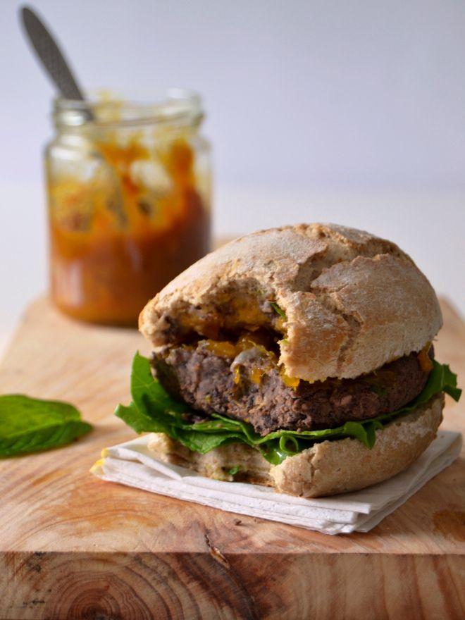 Hambúrguer de feijão preto // Black bean burger