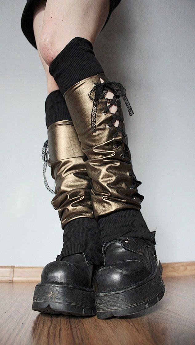 """--> STRICTLY LIMITED TO A SINGLE PAIR!!! <-- Golden legwarmers made of faux leather. Decorative lacing. Calves: up to 34 cm (13"""")..."""