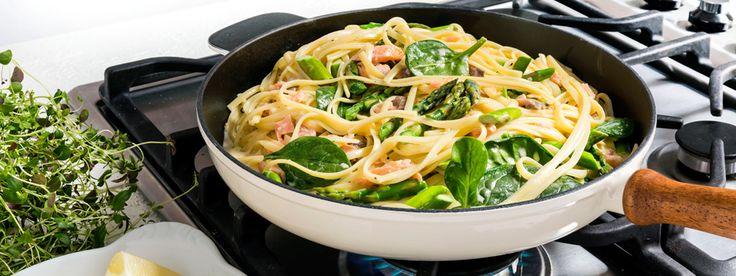 Fräsch pasta med mycket smak av lax, sparris och spenat. Den goda smaken kommer av kallrökt lax, grön sparris, spenat, Fiskfond och grädde.