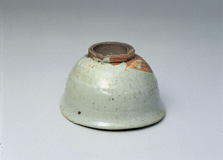 堅手茶碗 銘「長崎」(朝鮮時代、高7.2~7.8㎝/口径13.5~14.7㎝/高台径5.5~5.7㎝、根津美術館、重要文化財)。丸みのある腰とふっくらした胴が、わずかに締められてから口縁で強く外へ捻り返してある、堅手としては珍しい形。灰白色の堅く締まった磁質の素地。厚手に作られ、口部はゆるやかにひずむ。高台は竹節状に削りだされ、片薄の畳付きとなり、高台内は丸く削り込まれている。高台とそのまわりを土見せとして青みのある釉を厚く掛けるが、露胎部は一部で赤く呈色している。見込みには、鏡のような茶溜まりがあり、その中に砂目跡が大きく三つ残る。京都の医師長崎昌斎(久太夫)が所持したため「長崎堅手」と呼ばれるが、のち小堀遠州の所持するところとなった。小堀家から大徳寺孤篷庵に寄進されたが、のちに松平不昧が譲りうけ、以来松平家に伝わった。