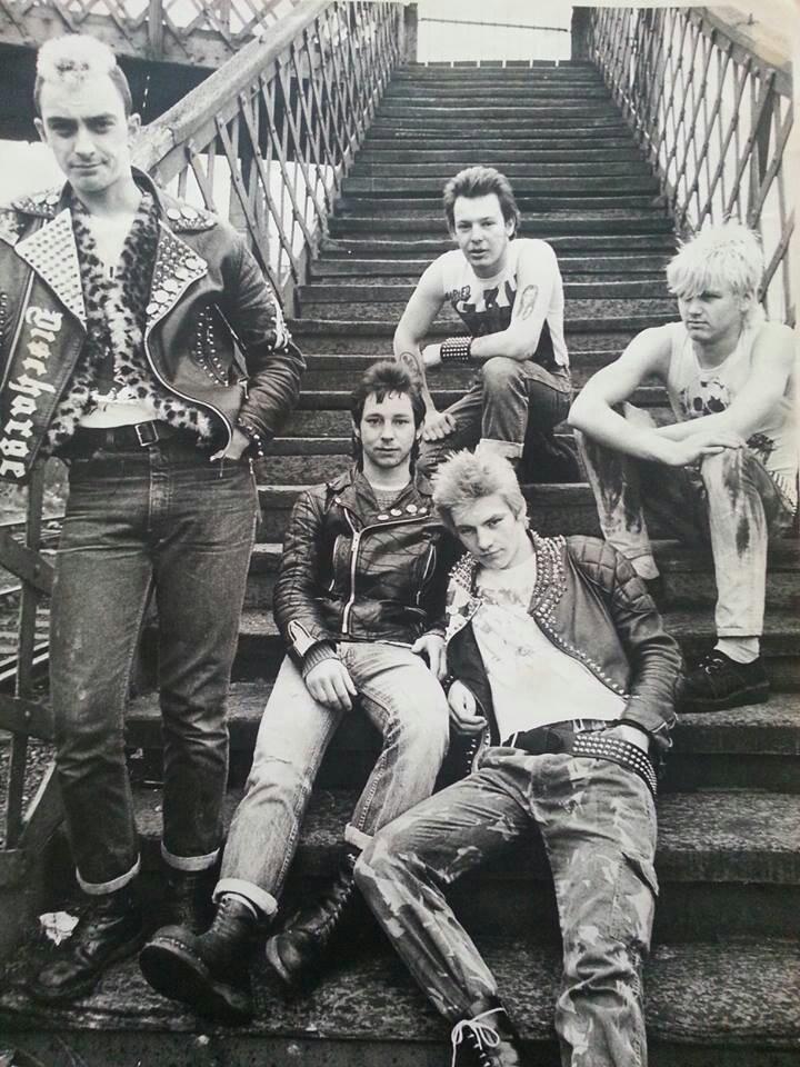 """Punk -  uma subcultura performativa que começou na London street fascino acene. Uma afirmação assertiva da sua identidade. """"Messy, Ripped, Leather, Patches, Boots"""""""