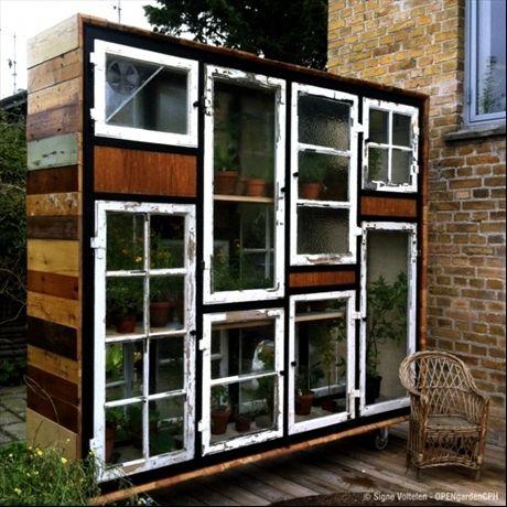 Stort drivhus av fönster i olika storlekar