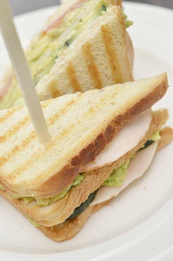 Clubsandwich met advocado en kipfilet