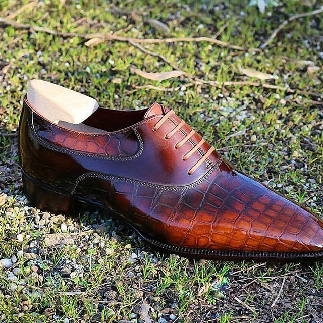 An immaculate take on the saddle oxford done here bespoke by @stephanejimenezbottier ..... #dressshoes #mensshoes #mensstyle #menswear #stephanejimenez #bespoke #bepsokeshoemakers #bespokeshoes #handmade #handmadeshoes #shoes #chaussures #zapatos #scarpe #theshoesnob