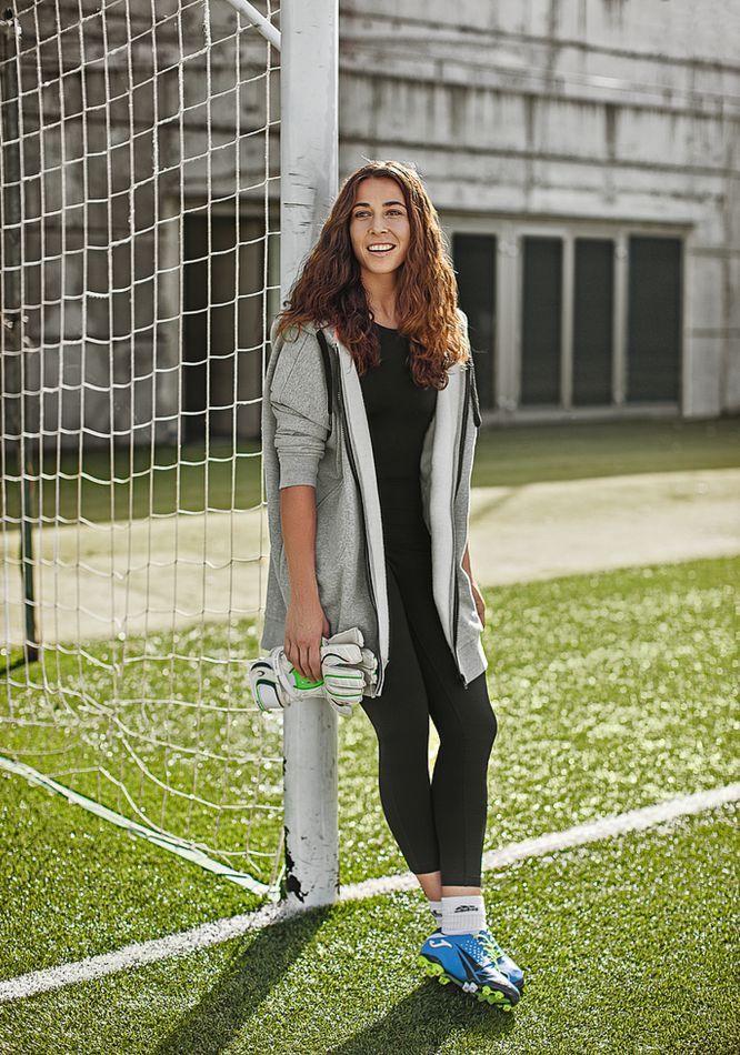Ainhoa Tirapu es portera de la selección española. Es licenciada en Química y tiene un máster. Compagina el trabajo en un Decathlon con el Athletic de Bilbao.  Fútbol femenino: éxito y lucha | EL PAÍS Semanal | EL PAÍS
