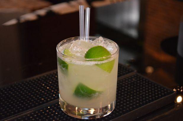 Una variedad de vodkas cítricos y Dry Martini con twist de limón construyen el 'Citrus Martini' Coctel de la casa: Citrus Martini