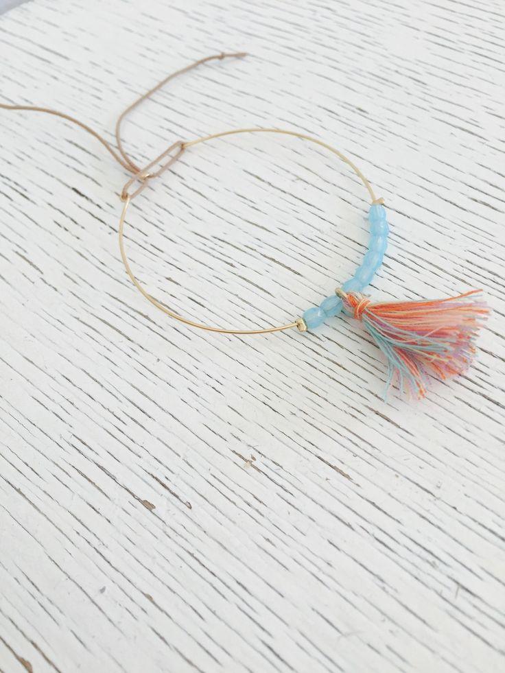 Jonc perlé très fin avec pompon multicolore pastel : Bracelet par hashtag-bijoux