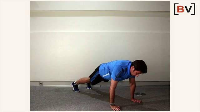 El entrenador personal Marcos Flórez muestra el modo correcto en que se realiza el ejercicio