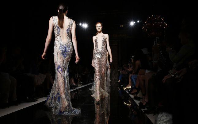 VIDEO Inspiraţie orientală: Rochii de basm, ţesute cu aur şi argint, la Săptămâna Modei de la Londra