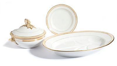 SERVISE  Pillivuyt. Paris. Midten av 1900-tallet. Hvitglasert met gull, gule og rødstafferte bånd. Lokknappen på terinnen formet som en kongle.   16 dype tallerkener (Diam: 22,5) 1 terrin med lokk (Diam: 21) 1 ovalt fat (L: 45)