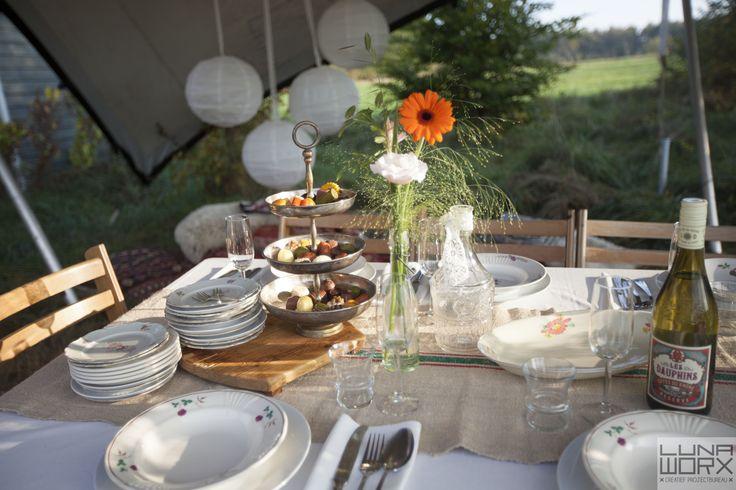 Detail lange bruiloftstafel onder de tent