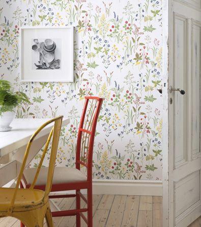 I love the floor, the white trim, and the wallpaper! Sandberg tapet Flora + udda stolar