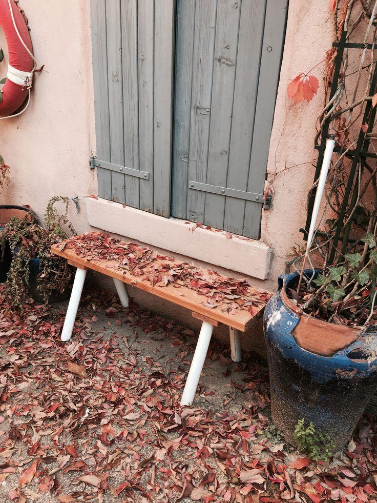 Premiers jours d'automne ! Les feuilles de lierre sont toutes tombées, et on rougit en quelques jours.  #terrasse #banc #bois #jardin #feuilles #lierre #rouge #bleu #automn #eteindien