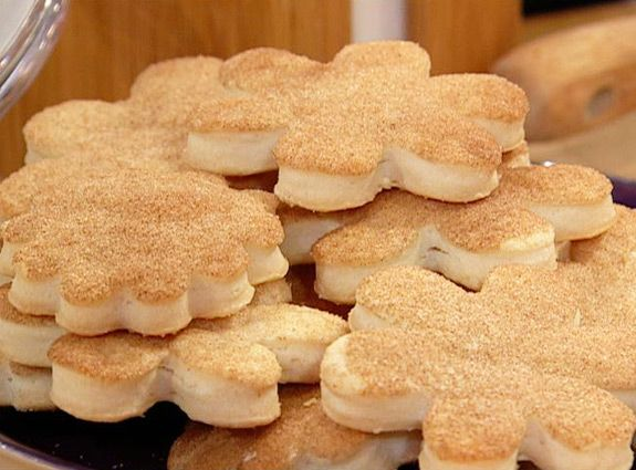 Cinnamon and Sugar Pie Crust Cookies couldn't be a simpler recipe to make! Buddy Valastro shows us what he does with his extra pie dough around the holidays.