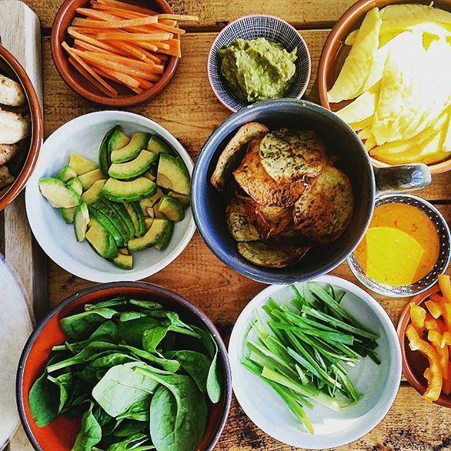 Friske forårsruller en lørdag aften  Jeg er mega dårlig til at rulle dem sammen, så I får lige billeder inden det gik galt  En masse grønt, soyakylling, guacamole (lidt mærkeligt I know), chilimayo og hjemmelavede chips. Mums  #aftensmad #dinner #friskeforårsruller #asienfood #lélé  #fitfamdk #fitfam #healthyfood #instafood #LCHF #cleanfood #enjoyinglife #mums #velvære #sund #sundhed #ernæring #velvære #hjemmelavet #rigtigmad #sundmad #sundlivsstil #vægttab #weightloss