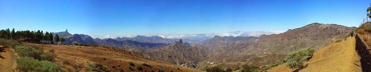 Panorámica de la cuenca de Tejeda, en Gran Canaria, con el Roque Nublo a la izquierda y el Bentayga al fondo.