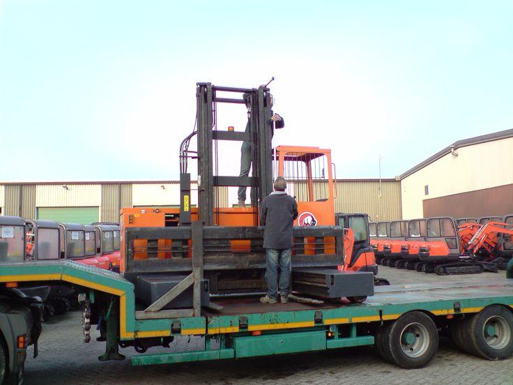 Transport van een Votex zijlader. Machine is gerepareerd in de werkplaats.