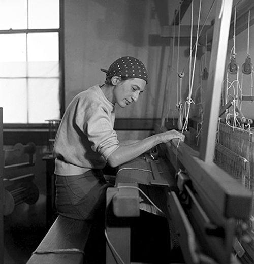 Anni Albers (1899 -1994) sur son métier à tisser. Rappelez-vous de vos cours d'histoire de l'art. Josef Albers cela vous dit quelque chose ? Roi de l'Art Optique et du carré colo…