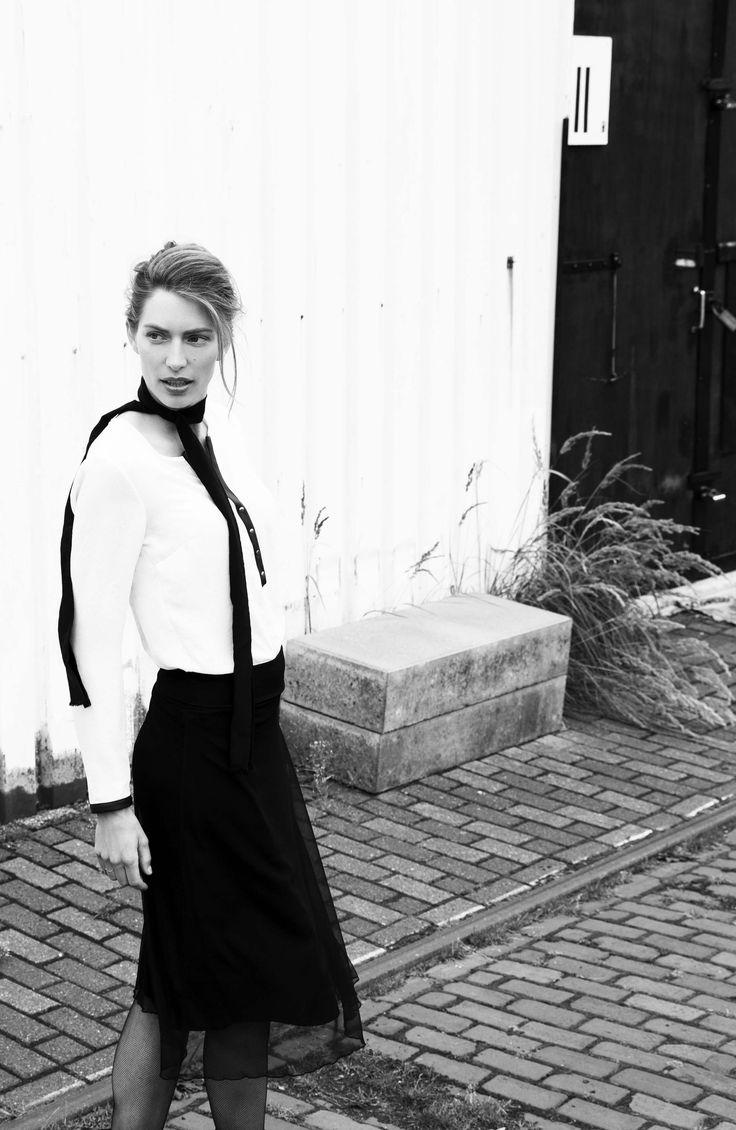 Stijlvolle outfit in zwart en wit. De lange rok is erg vrouwelijk en de blouse heeft een stoer lederlook detail. #black #white #christmas #outfit  #fashion #laligna