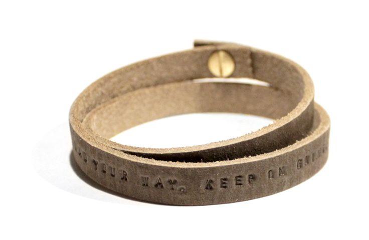 Sierkracht_armband_leer_leren armband_herenarmband_gepersonaliseerd_met naam_met tekst_naamarmband_round&round_donkerbruin_grijs