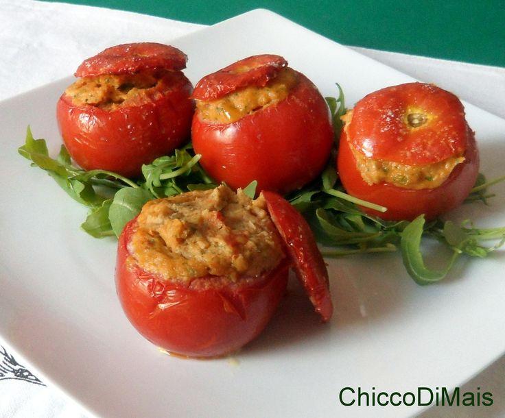 Pomodori ripieni di tonno (ricetta al forno). Ricetta per un secondo piatto freddo estivo: pomodori ripieni di tonno, alici, capperi, pane anche per celiaci