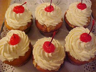 Cupcakes Viviane à l'Amaretto et aux cerises au marasquin garnis d'amandes et de chantilly