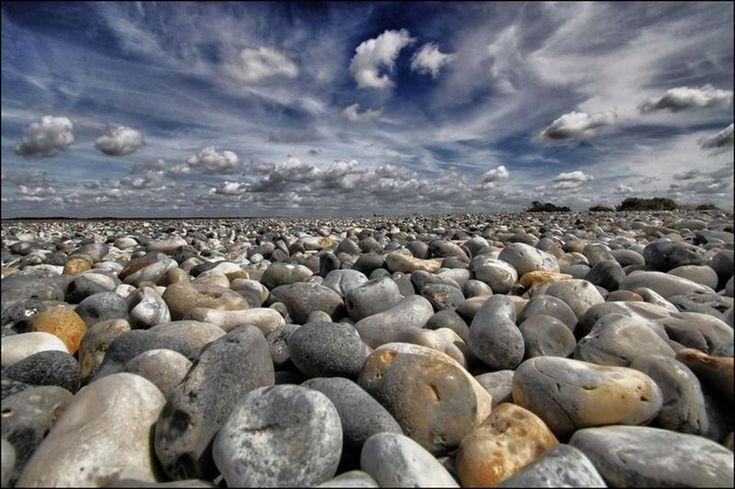 A Cayeux-sur-Mer - Véronique Spalletti - Acheux-en-Amiénois (Somme)  Ces galets, pris en photo à ras du sol, avec ce ciel nuageux en fond, c'est superbe !