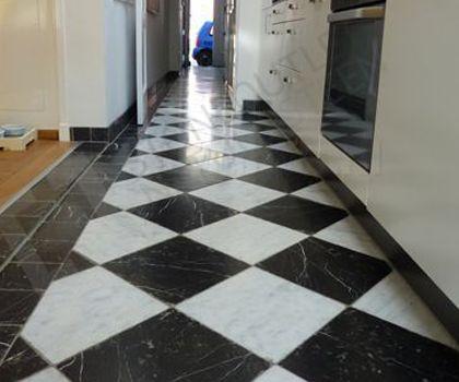 Zwart Witte Tegels : Zwart wit marmeren tegels van het marmerhuis gang
