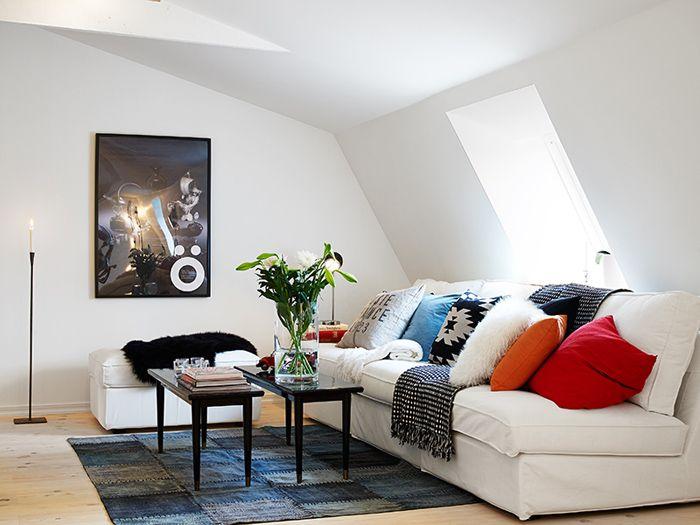 Ostatnio coraz większą popularnością cieszą się wnętrza w stylu skandynawskim. Biel na ścianach i sporo dekoracji - co o tym sądzicie?  http://www.lovingit.pl/blog/przytulna-aranzacja-mieszkania-na-poddaszu-czyli-78-m2-inspiracji-skandynawskim-stylem/