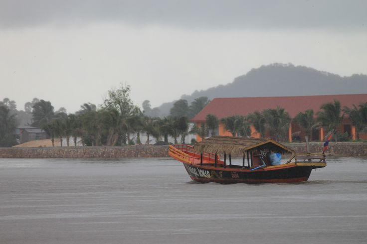 Un bateau le long de la rivière, la pluie arrive !
