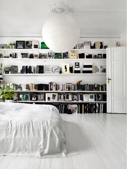 Открытые стеллажи в спальне