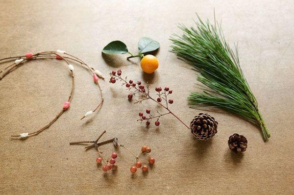松や松かさ、きんかんにナンテン、サンキライなど、手に入りやすい身近な花材です。/和スタイルの楽しみ方(「はんど&はあと」2013年1月号)