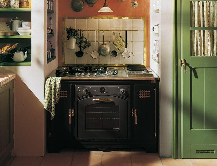 ancora nicchie sulle pareti e la cucina NERA!!!! XD Old England Cucina country chic