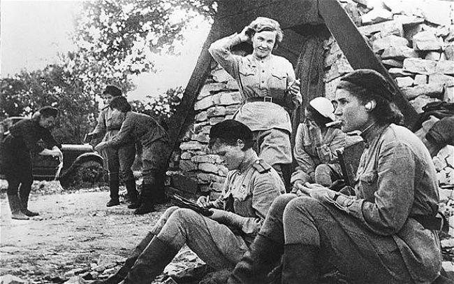 grupo de voo de elite do Exército Vermelho (soviético). Este comando de mulheres realizava ataques noturnos a esquadrões e bases alemãs.