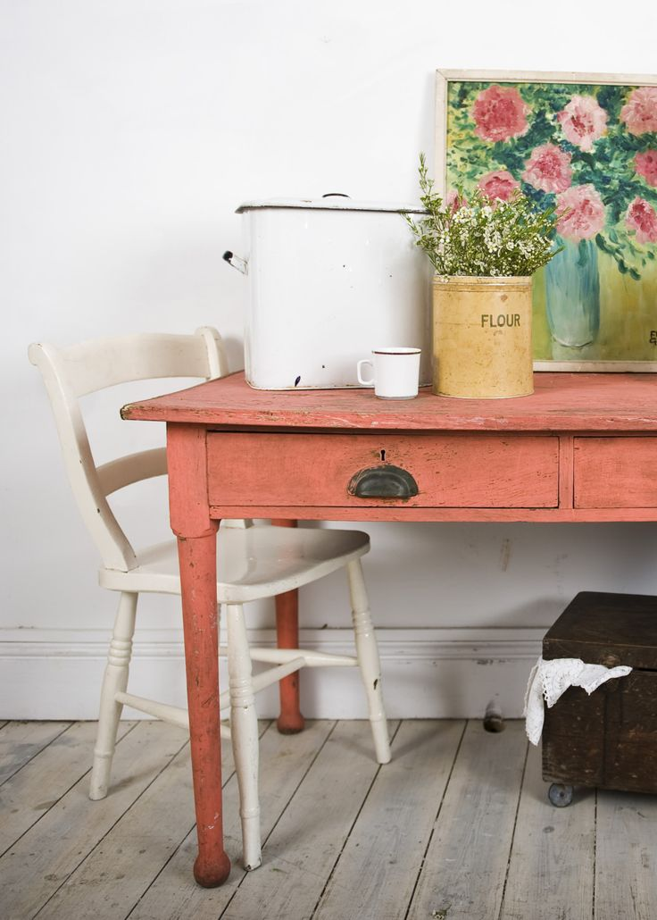 Now this is the look that I love, an elegant pink with a bit of reality to give it an edge. (Scandinavian Pink- Annie Sloan Chalk Paint)