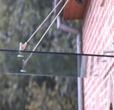 Echtglas Vordach VSG mit Aufhängungen, bzw. Halterungen nach oben verlaufende Stangen...!