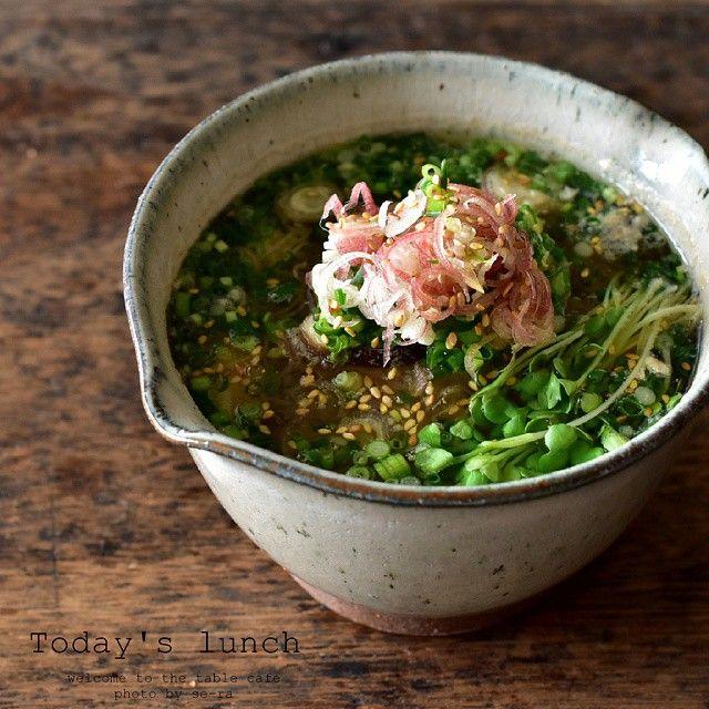 * 2015.7.5 * + . . 昨日食べ過ぎちゃったので、朝昼兼用ごはんは、にゅう麺。  大根おろしと生姜をたっぷりすり下ろしたおつゆに、具は椎茸と玉葱。  小葱と茗荷・カイワレを乗っけて。 柚子胡椒も少し入れてね。  #いただきます ♪ . #美味しいー 。 ・ ・ ・ #にゅう麺 #大根おろし #お昼ご飯 #ブランチ #麺 #そうめん  #素麺 #おうちごはん