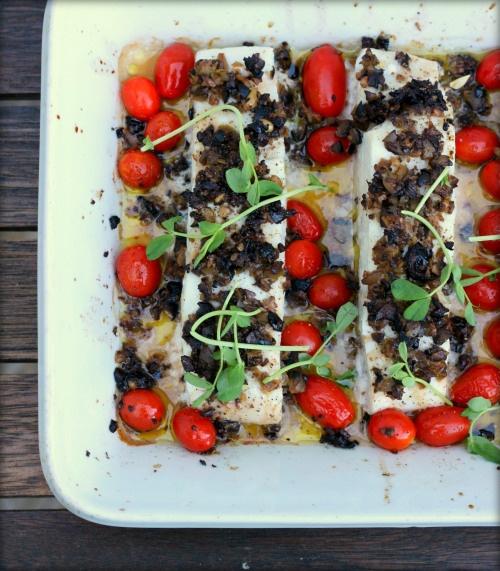 Lubina al horno con olivada y tomate