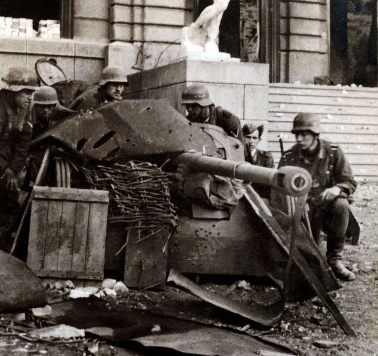 1941/42, Union Soviétique, Stalingrad, Les servants d'un canon allemand PAK 38 de 50mm, grossièrement dissimulé au pied de l'opéra municipale