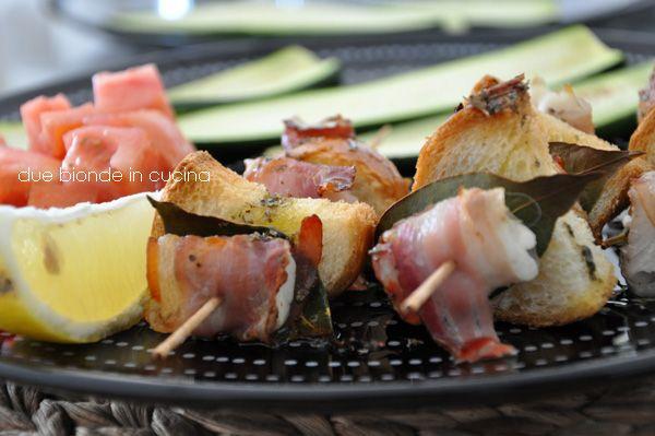 Due bionde in cucina: Spiedini di merluzzo con pancetta e alloro