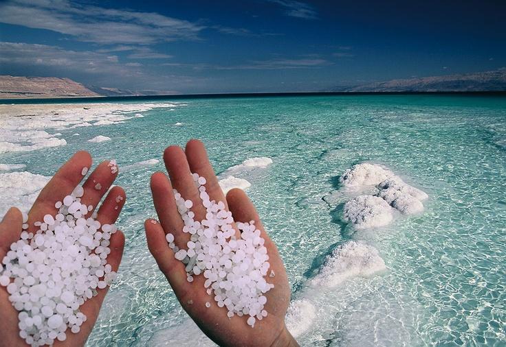 Morze Martwe to najniżej położony na ziemi punkt. Zawarte w jego wodach minerały (w tym sole) nie tylko wypychają pływających na powierzchnię, ale mają też korzystny wpływ na skórę i pobudzają układ krążenia.