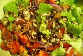 Jak připravit křupavý salát se slunečnicovými semínky | recept