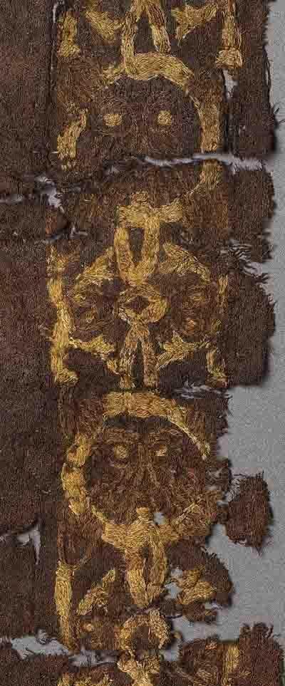 F�rdigg�relse I gravhøjen fra Mammen ved Viborg blev dette stykke tekstil fundet. Det er broderet med en maskebort i uldtråde. Fundet er dateret til vikingetid.